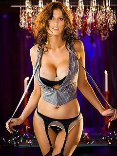 Big boobed bombshell Amanda Hanshaw looks incredible in her hot lingerie