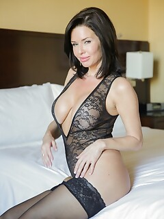 Stunning mature Veronica Avluv doffs her outfit and gets naked on the bed