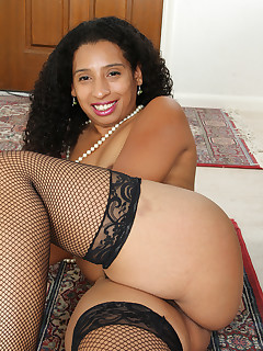 Mature Pictures Featuring 34 Year Old Theresa Long From AllOver30
