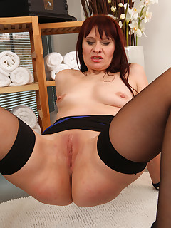 Mature Pictures Featuring 41 Year Old Vera Delight From AllOver30