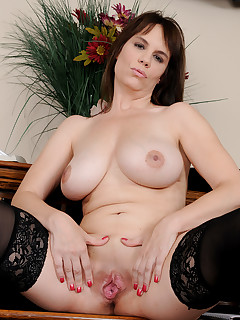 Mature Pictures Featuring 41 Year Old Kelly Capone From AllOver30
