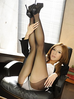 Ramu Nagatsuki poses in black nylon stockings | Japan HDV